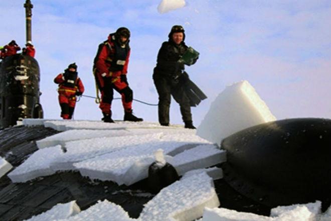 Атомная подлодка пробивает арктический лед культура