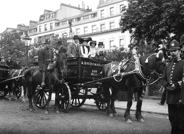 Повозки и полицейские, Англия ХХ век, винтаж, восстановленные фотографии, европа, кусочки истории, путешествия, старые снимки, фото