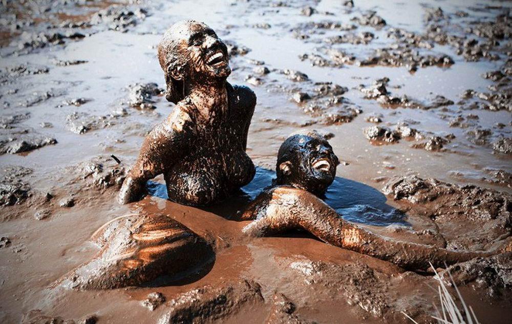 Групповуха русским девчонки в грязи выебал