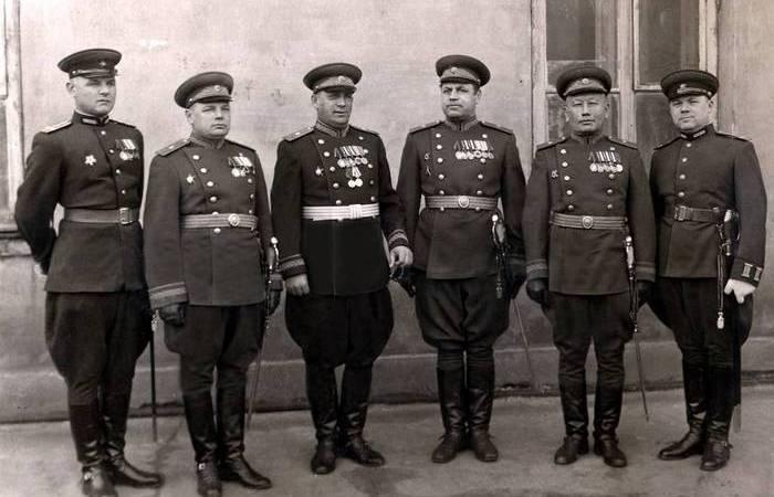 Галифе: для чего штанам военных придавали столь странную форму