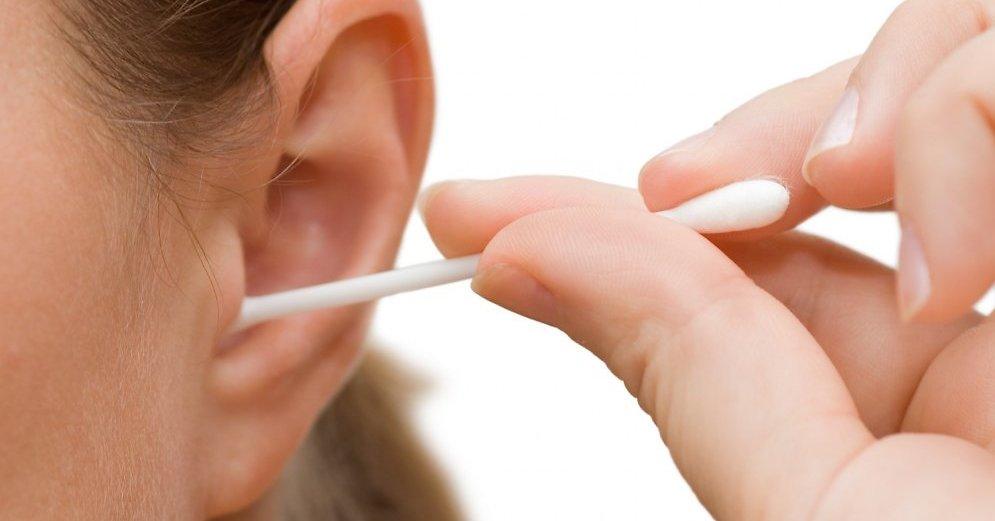 Вот почему нельзя чистить уши ватными палочками