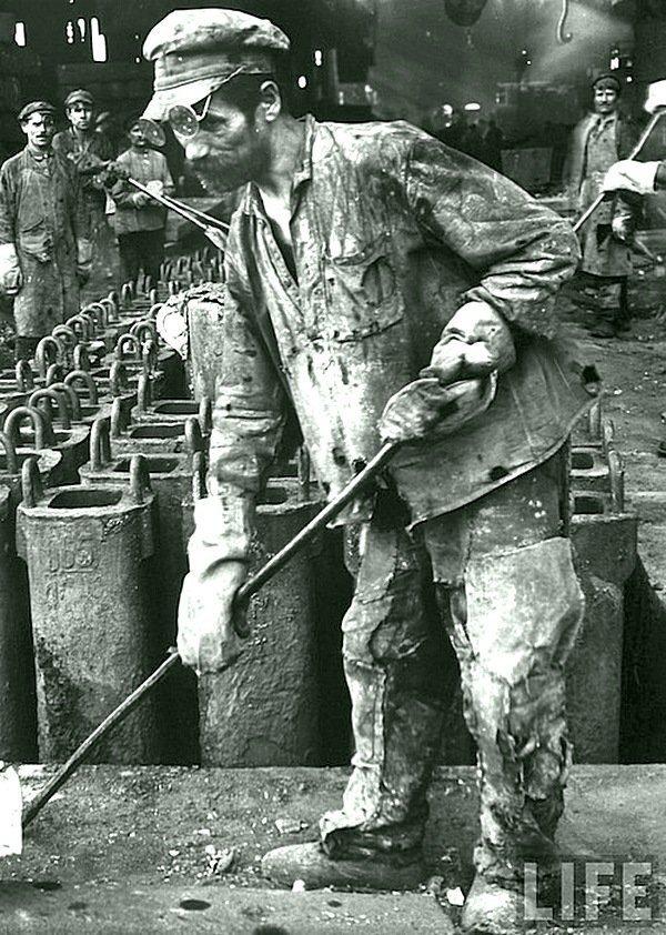 Маргарет Бурк-Уайт - Рабочий на сталелитейном заводе, Сталинград, Россия 1931 Весь Мир в объективе, история, фотография