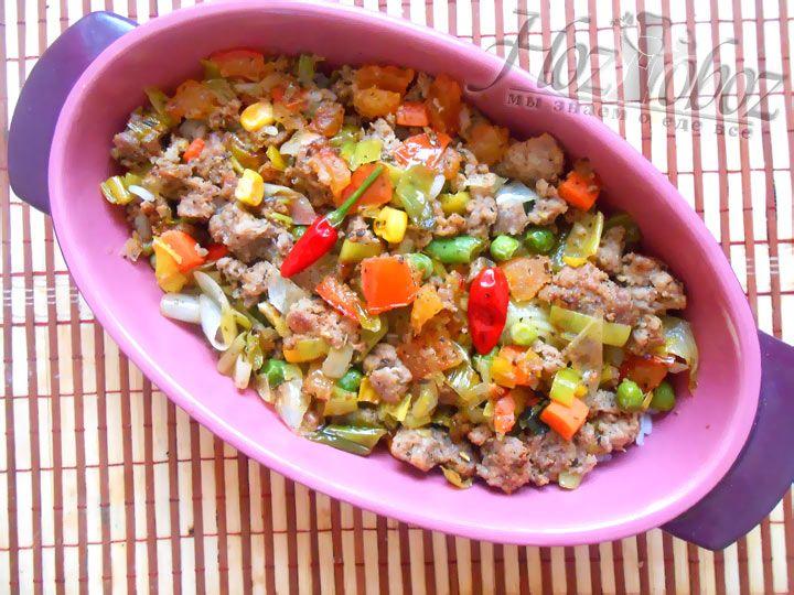 Поверх риса выложите фарш с овощами