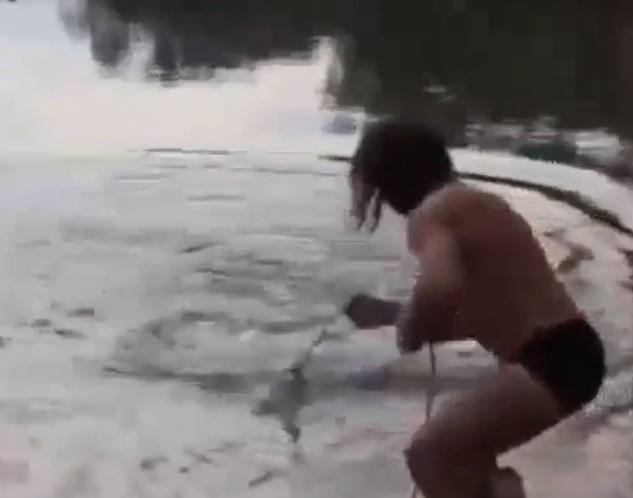 """""""Здоровый гад"""". На Алтае рыбак поборол гигантского сома — видео"""