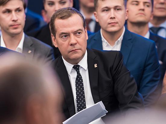 Заткнуть фонтан и смотреть людям в глаза: перестройка «Единой России» Партия власти пытается стать народной