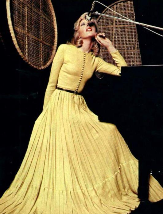 Элегантное платье в пол золотистого цвета.
