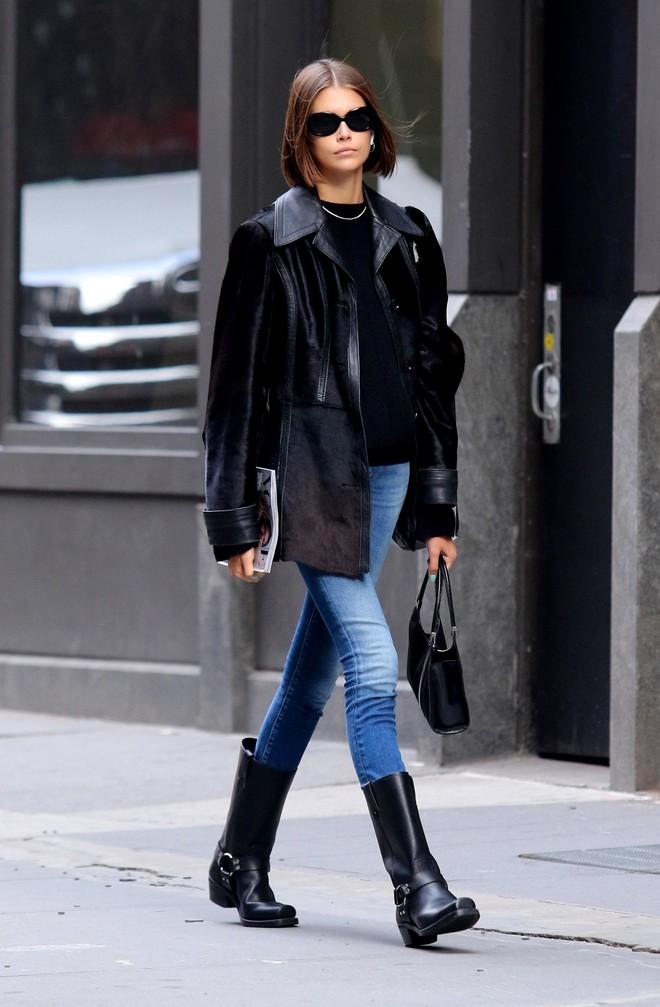 Какие сапоги можно носить с джинсами? Совет Кайи Гербер (фото 1)