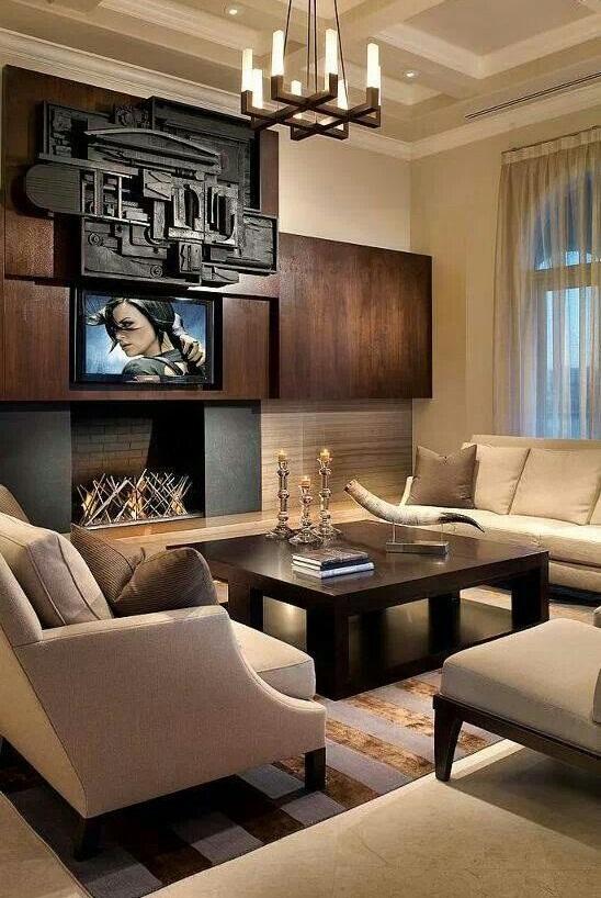 Стилизованная под натуральное дерево панель на стене может послужить отличным фоном для камина