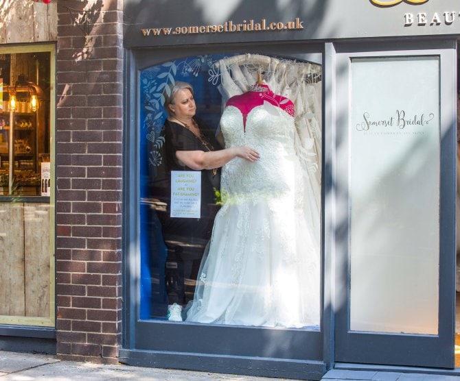Владелица магазина выставила манекен большого размера и подверглась осуждению