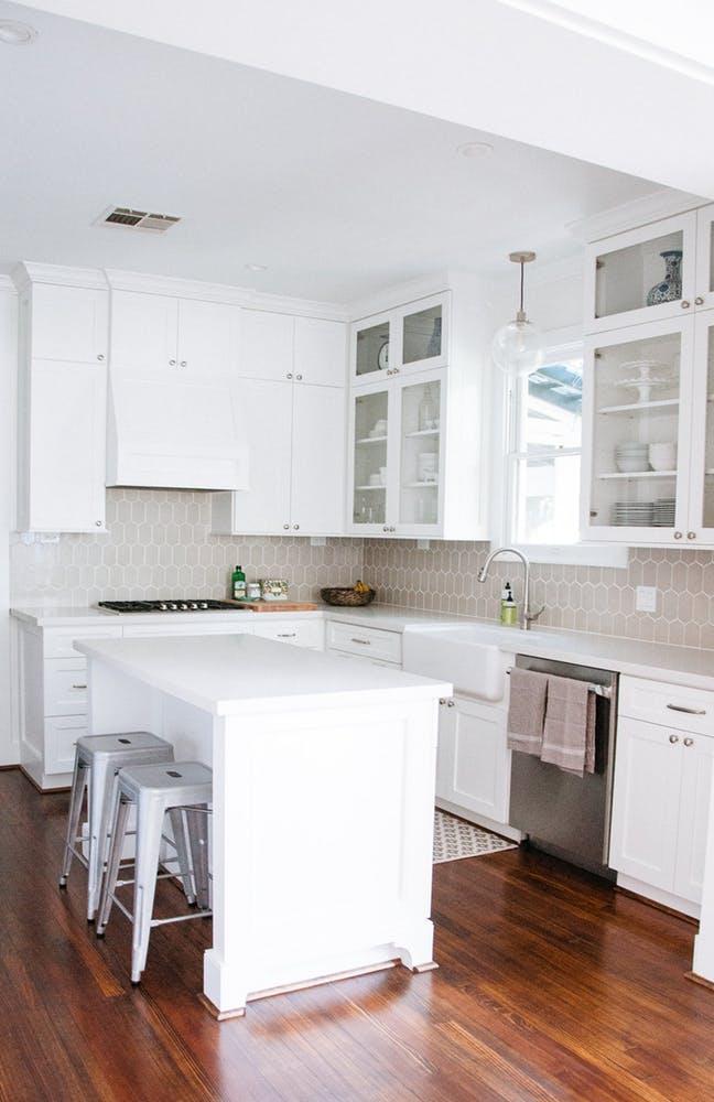 Элегантный интерьер белой кухни с деревянным полом