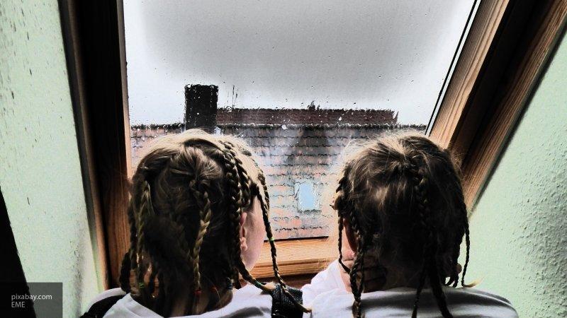 Одни дома: дети в Череповце могли упасть с девятого этажа, гуляя около открытого окна