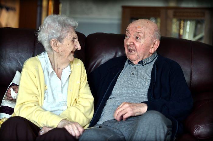 98-летняя женщина переехала в дом престарелых, чтобы ухаживать за 80-летним сыном