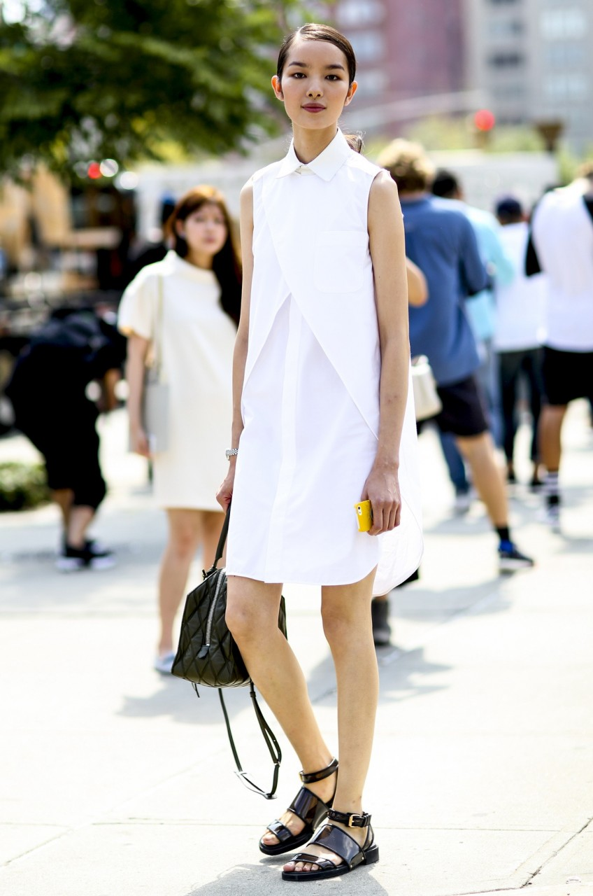 Девушка в белом платье и сандалиях
