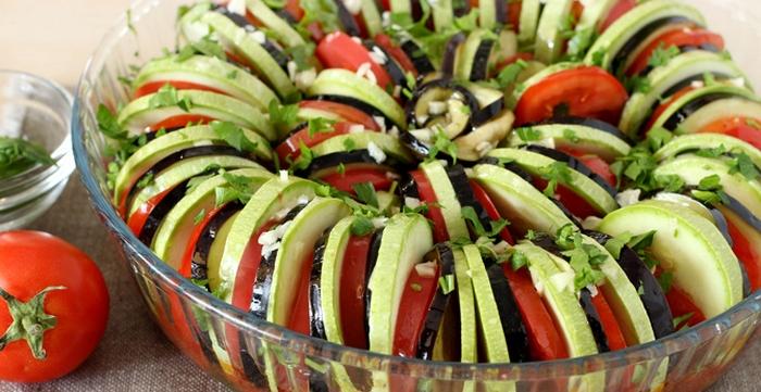 Выкладываем нарезанные овощи в форму для запекания.
