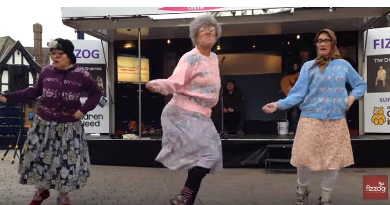 Бабушки-зажигалочки решили показать молодежи как нужно танцевать, при чем — прямо на улице!