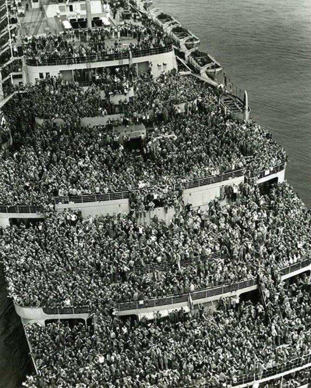 Лайнер Queen Elizabeth перевозит американские войска в гавань Нью-Йорка. Конец Второй мировой войны, 1945 год. история, ретро, фотографии