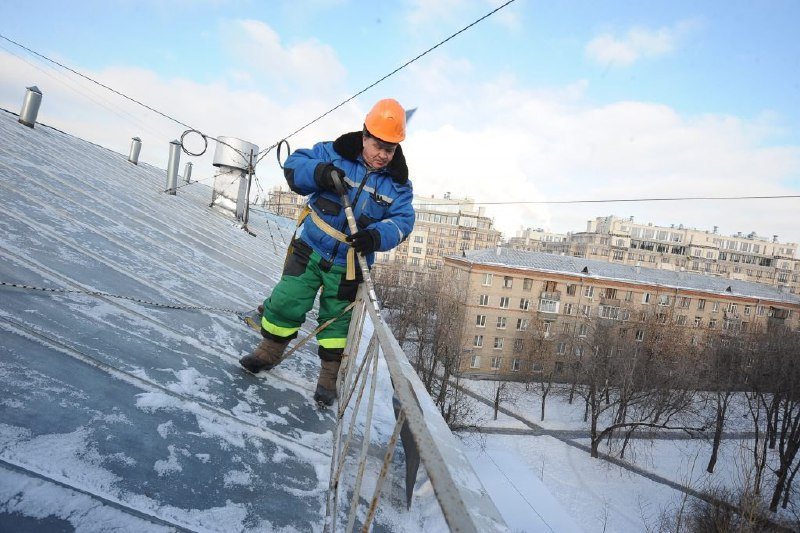 В Войковском крыши домов от снега будут очищать более 40 бригад кровельщиков