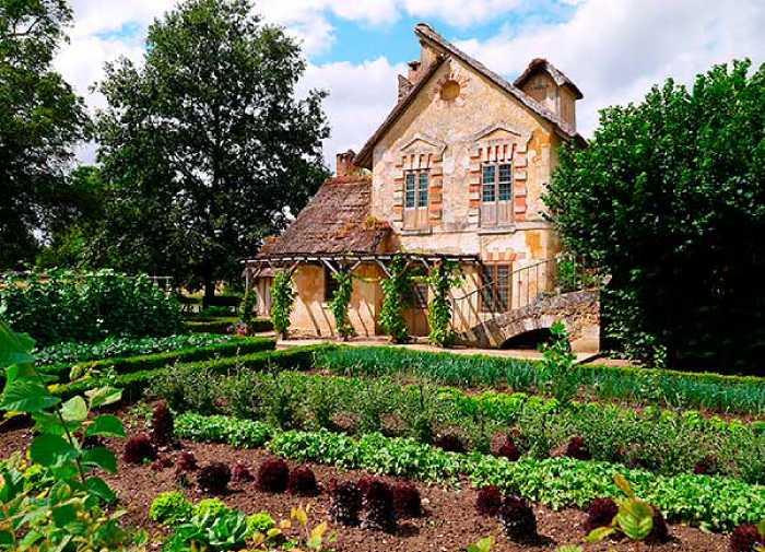 Фермерский домик и ферма.