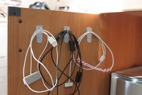 кабели на крючках