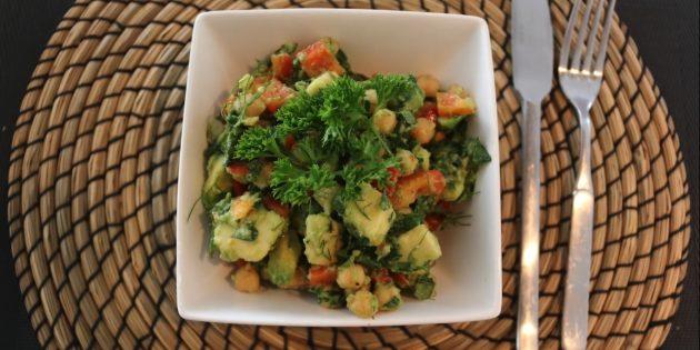 Постный салат с нутом, авокадо, болгарским перцем и зеленью