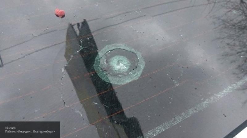 Во дворе Екатеринбурга неизвестные обстреляли автомобиль