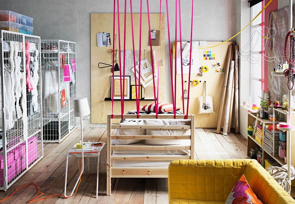 Деревянная кровать в дизайнерском интерьере спальни