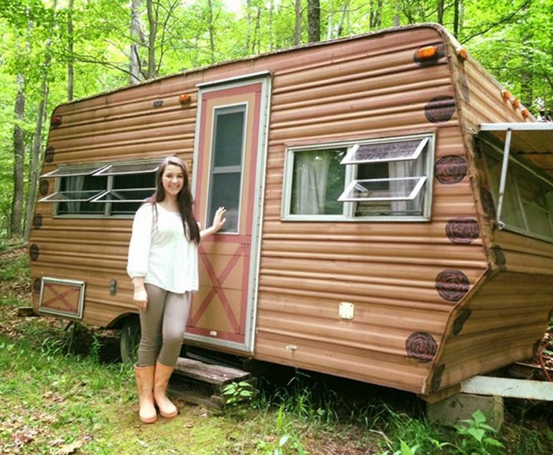 14-летняя девочка сама переделала старый вагончик за 200 долларов в домик мечты