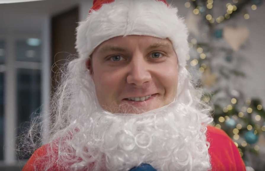 Боттас в костюме Санта Клаус…