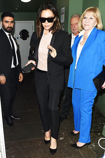 Виктория Бекхэм вместе с мужем Дэвидом и мамой посетила бар в Лондоне звездный стиль, виктория бекхэм