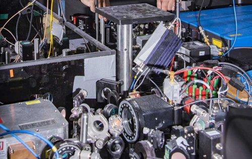 Созданы атомные часы с рекордными характеристиками, которые могут измерить пространственно-временные искажения и сигналы от темной материи