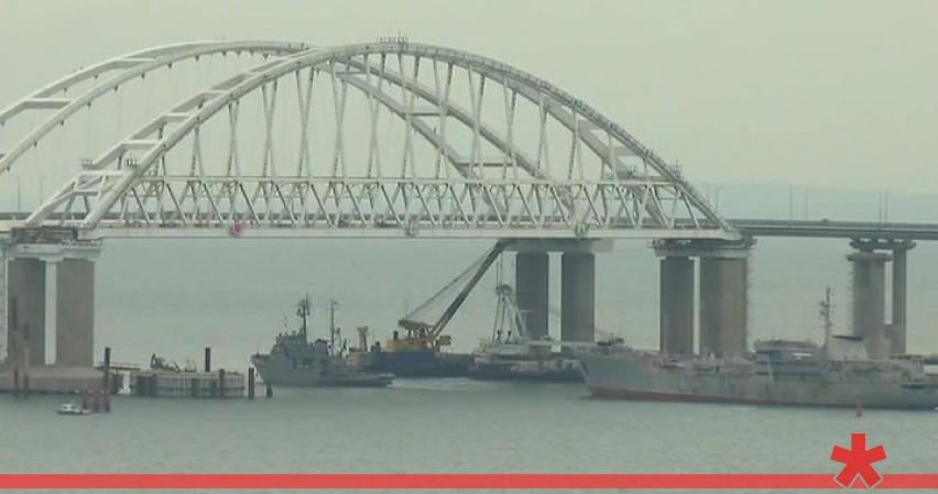На Украине уверяют, что бесплатно провели военные суда под Крымским мостом