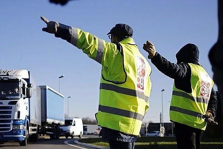 Российских водителей обязали носить светоотражающие жилеты