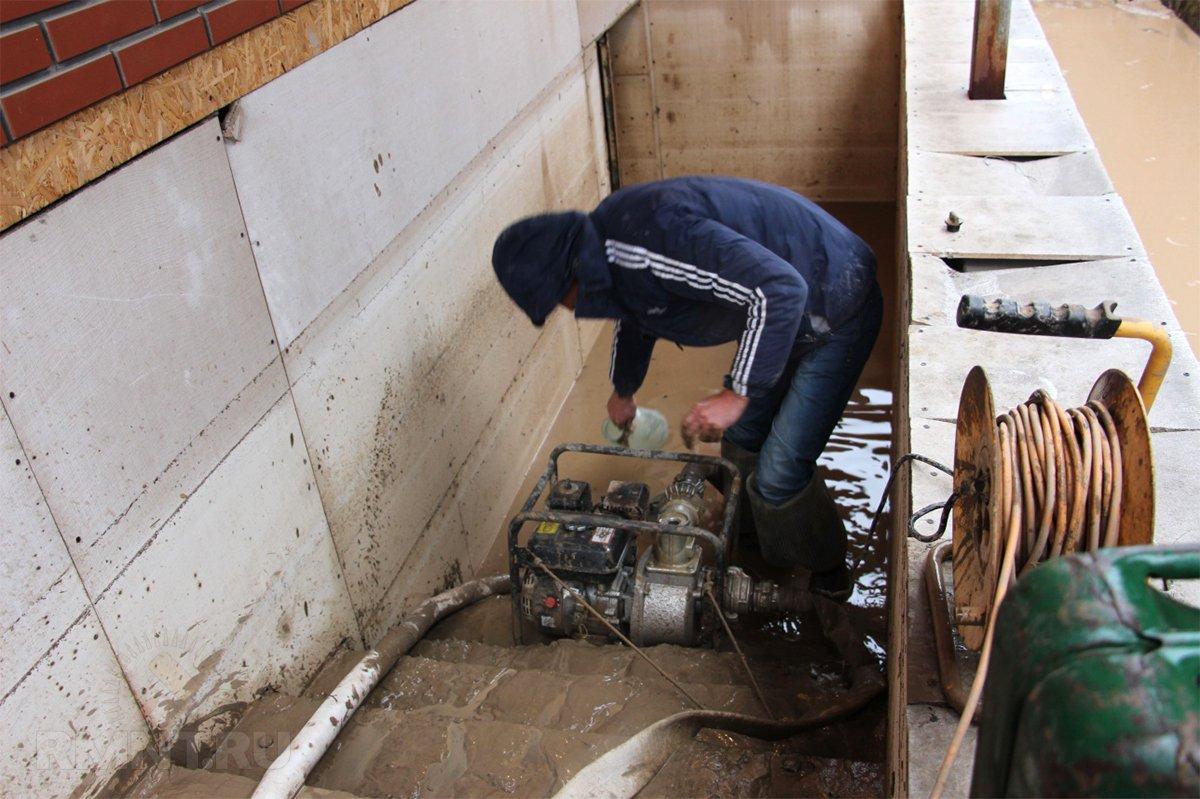 чем откачать воду из подвала