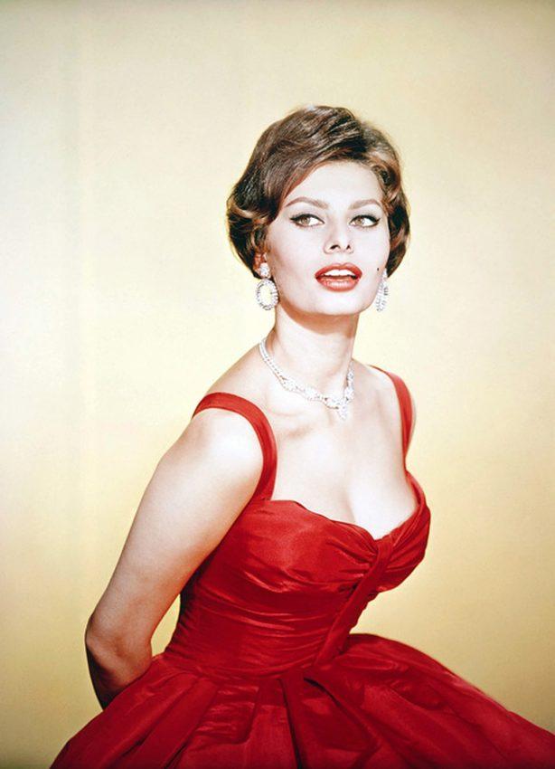В 83 невозможно выглядеть так красиво — Софи Лорен поразила Сеть внешним видом