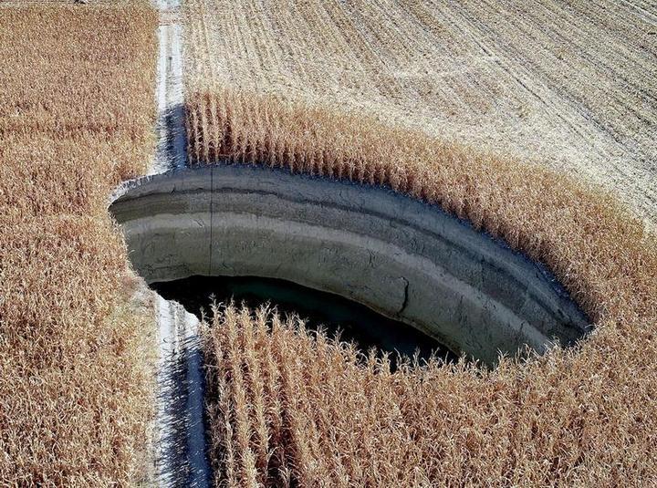 На турецком кукурузном поле образовался провал