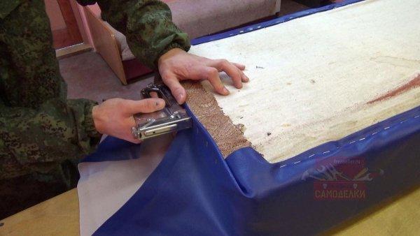 Обшивка старого дивана кожзаменителем