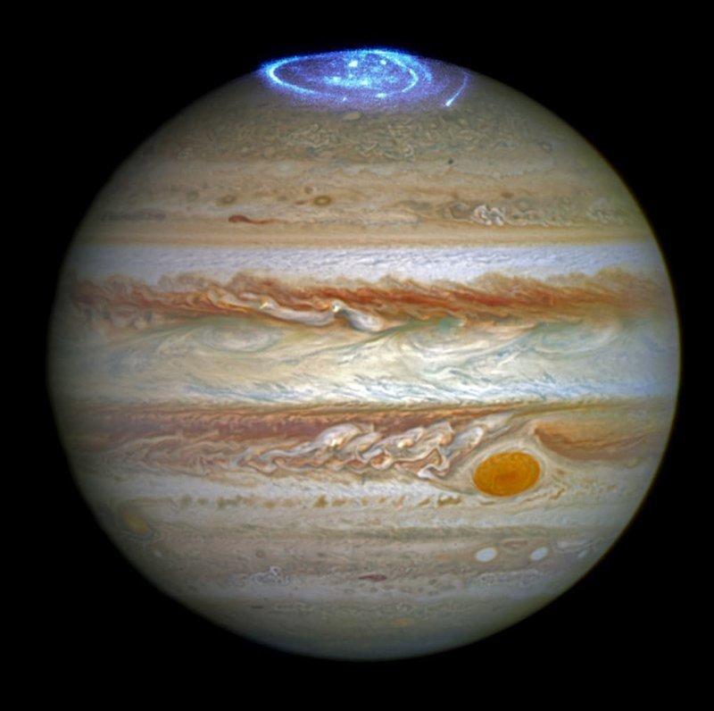 4. Это реальная фотография Юпитера и сияния, которые случаются на этой планете. Какого же оно размера?! в мире, познавательно, удивительно, фото, фотомир