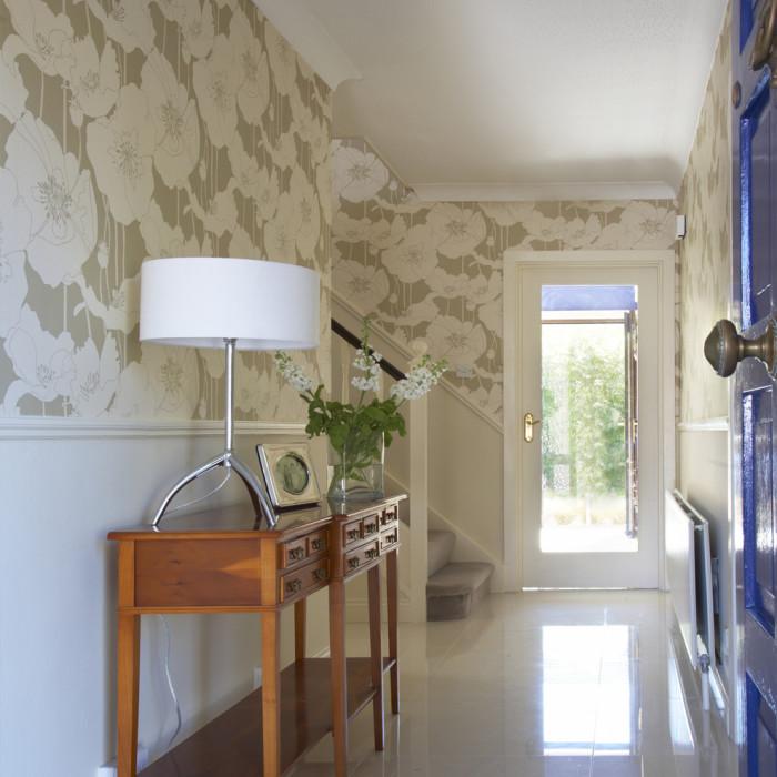 Узоры на стенах в прихожей - прекрасная идея.