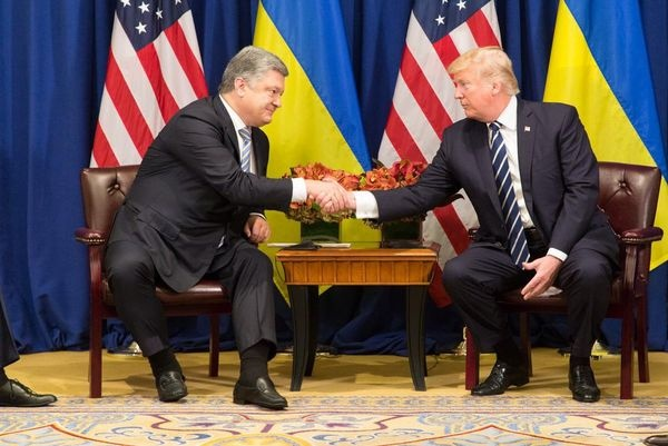 Порошенко обсудил сТрампом его встречу сПутиным вХельсинки