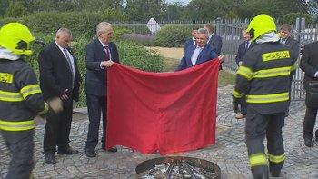 Зачем президент Чехии публично сжег красные трусы?