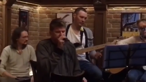 На сцене бара в Тюмени спел …