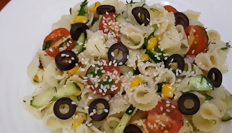 Удивительный салат из макарон: сытный, бюджетный и очень вкусный