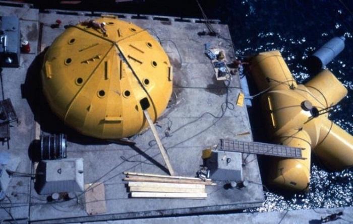 Погружение подводного дома и установка, которая обеспечивает жизнедеятельность ученых. | Фото: interestingengineering.com.