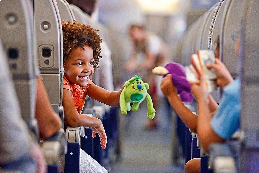 Чем занять ребенка в самолете? Родители, которые часто путешествуют с детьми, делятся советами