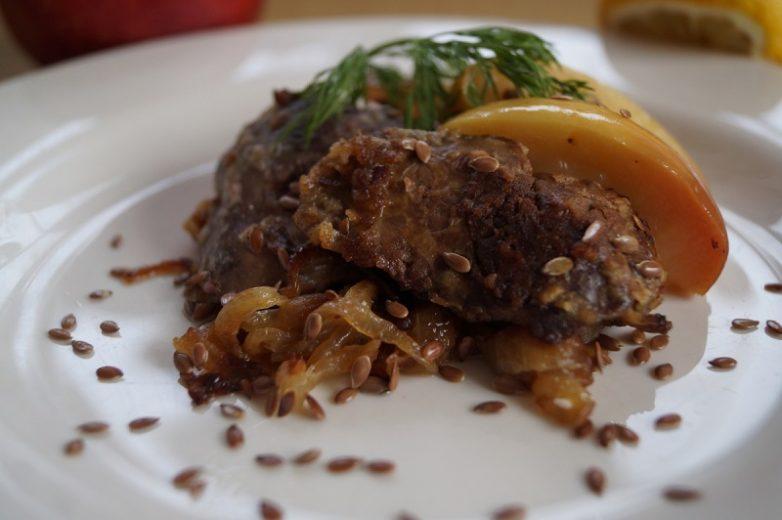 Печень с яблоками «По-берлински»