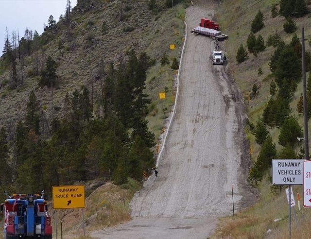 Тупиковые дороги, которые останавливают грузовики с отказавшими тормозами (5 фото)