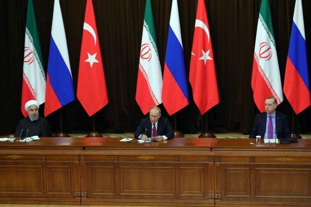 В Сети обсуждают видео с упавшим стулом Эрдогана на встрече в Сочи