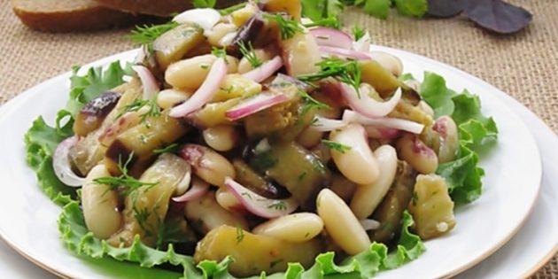 Постный салат с баклажанами, фасолью и маринованным луком