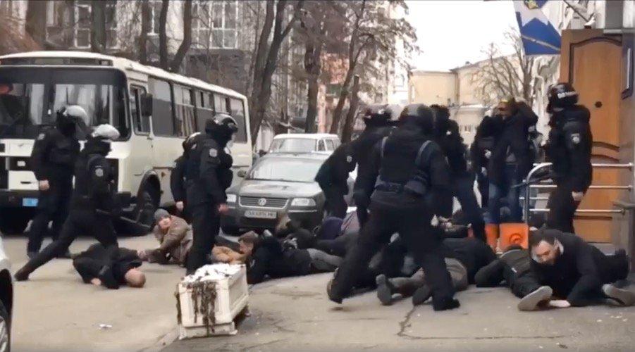 В Киеве спецназовец с возгласом «Ложись, Бандера» уложил на асфальт радикала