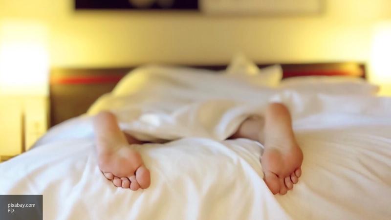 Психолог рассказал, стоит ли ложиться спать одновременно с партнером